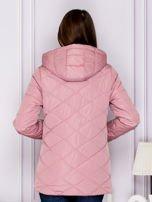 Różowa kurtka przejściowa z ozdobnymi suwakami                                  zdj.                                  2