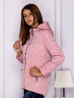 Różowa kurtka przejściowa z ozdobnymi suwakami                                  zdj.                                  5