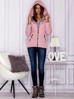 Różowa kurtka przejściowa z ozdobnymi suwakami                                  zdj.                                  4