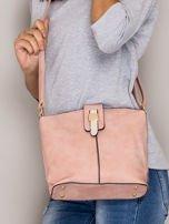 Różowa torebka z ozdobną klapką                                   zdj.                                  4