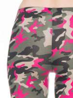 Różowe legginsy we wzór moro