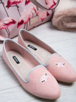 Różowe zamszowe lordsy z ozdobnym haftem w kształcie flaminga z przodu buta                                  zdj.                                  1