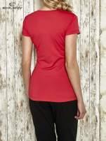 Różowy modelujący t-shirt sportowy z przeszyciami                                                                          zdj.                                                                         3