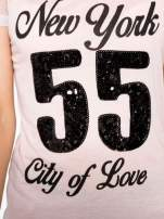 Różowy t-shirt z nadrukiem NEW YORK 55 i siatkowymi rękawami                                  zdj.                                  8