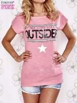 Różowy t-shirt z napisem OUTSIDER                                  zdj.                                  1