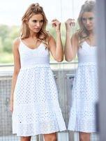 Biała sukienka damska z ażurowanym dołem                                  zdj.                                  1