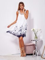 Biała sukienka midi z haftowanym wzorem                                  zdj.                                  4