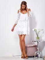 SCANDEZZA Biała trapezowa sukienka koronkowa mini                                  zdj.                                  4