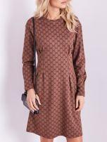 SCANDEZZA Brązowa sukienka ze wzorem                                  zdj.                                  2