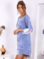 SCANDEZZA Niebieska sukienka oversize z cekinami w malarski deseń                                  zdj.                                  3