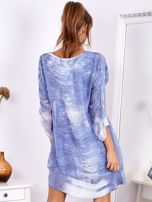 SCANDEZZA Niebieska sukienka oversize z cekinami w malarski deseń                                  zdj.                                  2
