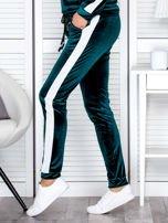 Spodnie dresowe aksamitne z jasnymi lampasami ciemnozielone                                  zdj.                                  3