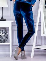 Spodnie dresowe welurowe z błyszczącymi kamyczkami ciemnoturkusowe                                  zdj.                                  2