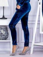 Spodnie dresowe welurowe z błyszczącymi kamyczkami ciemnoturkusowe                                  zdj.                                  3