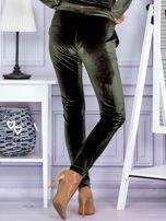 Spodnie dresowe welurowe z błyszczącymi kamyczkami ciemnozielone                                  zdj.                                  2