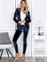 Spodnie dresowe welurowe z diamencikami przy kieszeniach ciemnoszare                                  zdj.                                  4