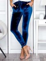Spodnie dresowe welurowe z diamencikami przy kieszeniach turkusowe                                  zdj.                                  1