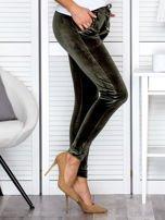 Spodnie dresowe welurowe z diamencikami przy kieszeniach zielone                                  zdj.                                  5