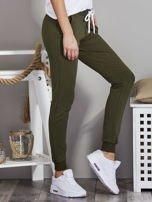 Spodnie dresowe ze ściągaczami i troczkami khaki                                  zdj.                                  5