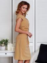 Sukienka beżowa z drapowaniem i ozdobnym kwiatem                                  zdj.                                  3