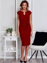 Sukienka ciemnoczerwona z drapowaniem i ozdobnym kwiatem                                  zdj.                                  4