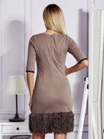Sukienka damska z wykończeniem fluffy jasnobrązowa                                  zdj.                                  2