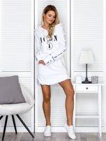 Sukienka dresowa z kapturem i nadrukiem biała                                  zdj.                                  4