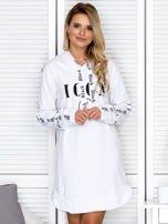 Sukienka dresowa z kapturem i nadrukiem biała                                  zdj.                                  1