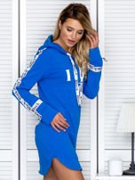 Sukienka dresowa z kapturem i nadrukiem niebieska                                  zdj.                                  6