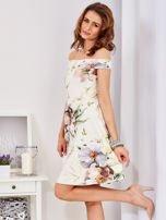 Sukienka ecru odsłaniająca ramiona w malarski deseń                                  zdj.                                  6