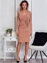 Sukienka jasnobrązowa z drapowaniem i ozdobnym kwiatem                                  zdj.                                  4