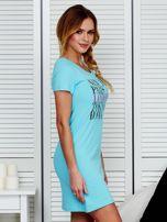 Sukienka jasnoniebieska bawełniana z nazwami miast                                  zdj.                                  3