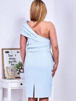 Sukienka jasnoniebieska z delikatnym połyskiem PLUS SIZE                                  zdj.                                  2