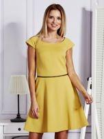 Sukienka koktajlowa z błyszczącym paskiem żółta                                  zdj.                                  1