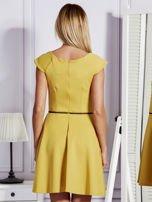 Sukienka koktajlowa z błyszczącym paskiem żółta                                  zdj.                                  2