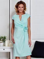 Sukienka miętowa z drapowaniem i ozdobnym kwiatem                                  zdj.                                  1