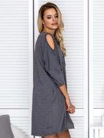 Sukienka oversize z wycięciami na rękawach i perełkami ciemnoszara                                  zdj.                                  3