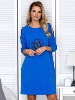 Sukienka oversize z wycięciami na rękawach i perełkami niebieska                                  zdj.                                  1