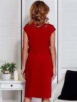 Sukienka pomarańczowa z drapowaniem i ozdobnym kwiatem                                  zdj.                                  2