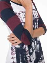 Sukienka z nadrukiem rockowym i reglanowymi rękawami w bordowe paski