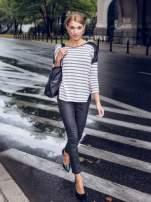Sweter w ecru-czarne paski ze wstawkami na ramionach imitującymi skórę                                  zdj.                                  9