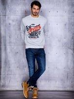 Szara bluza męska z tekstowym printem i ściągaczami                                  zdj.                                  4