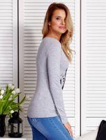 Szara bluzka damska z dziewczęcym fotoprintem                                  zdj.                                  3