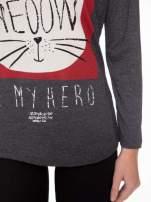 Szara bluzka z nadrukiem kota z koroną i napisem MEOW                                  zdj.                                  6