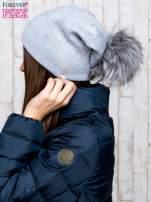 Szara czapka z błyszczącym nadrukiem i pomponem