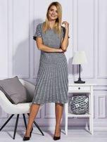 Szara sukienka w tłoczony wzór                                  zdj.                                  4