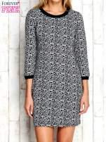 Szara sukienka z abstrakcyjnym nadrukiem                                                                          zdj.                                                                         1