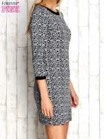 Szara sukienka z abstrakcyjnym nadrukiem
