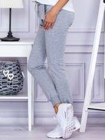 Szare spodnie dresowe z kieszonką z przodu                                  zdj.                                  3
