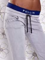 Szare spodnie z przeszyciami i ciemnoniebieską gumką w pasie                                  zdj.                                  4